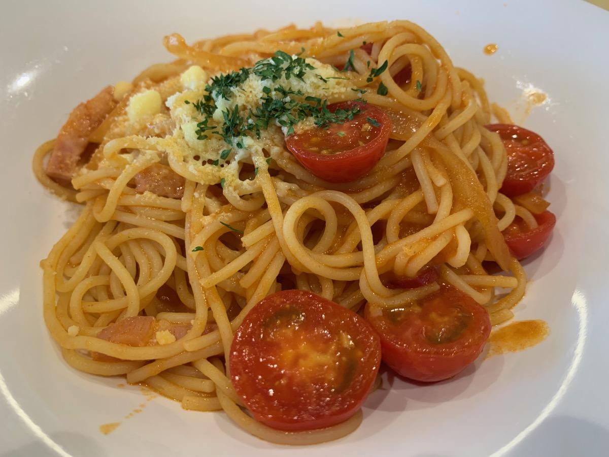 イーストキャラバン(ロマーナ)のプチトマトとベーコンのトマトパスタ