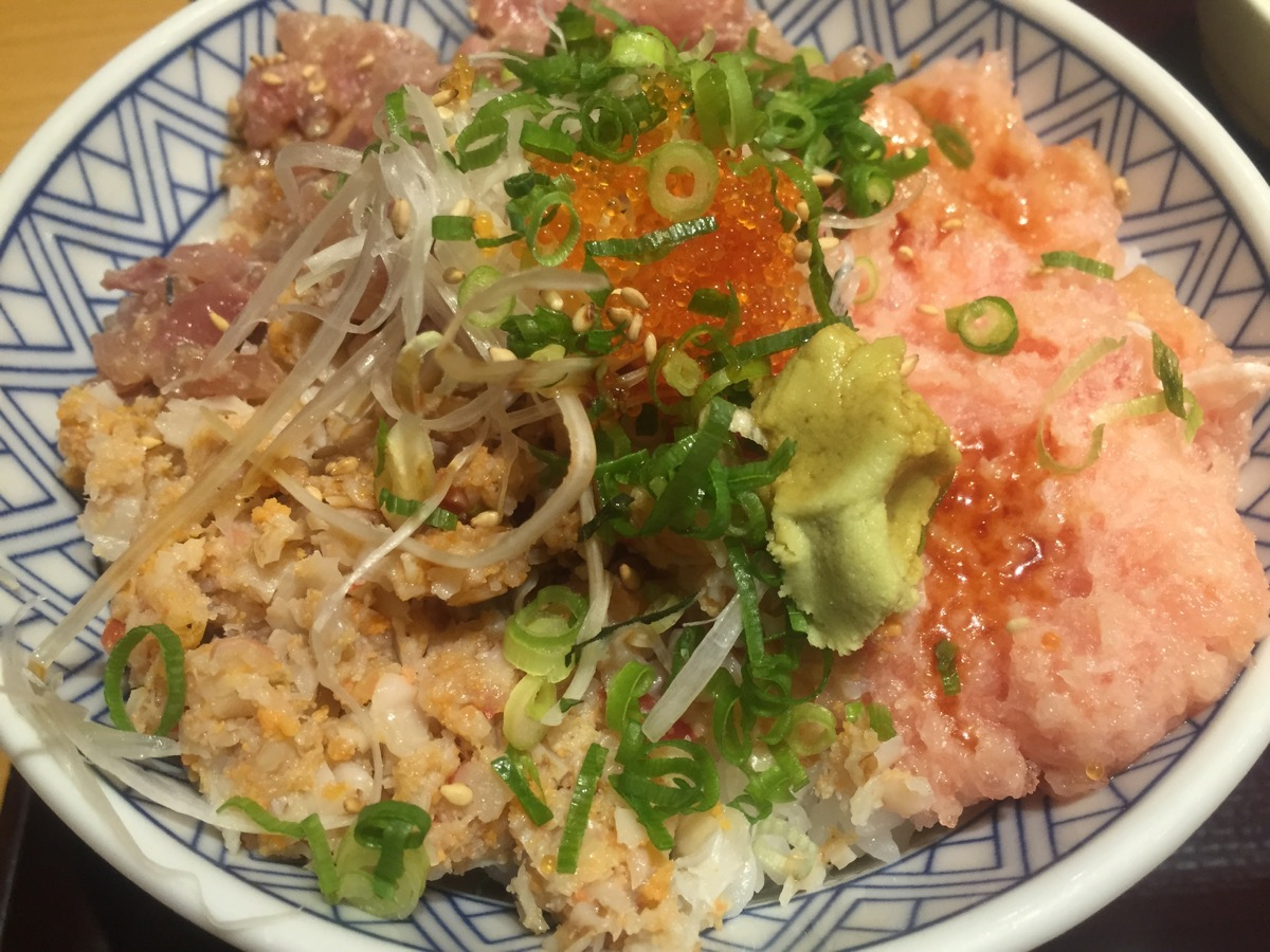 魚盛有楽町店の鮪・鯵・貝の三色たたき丼