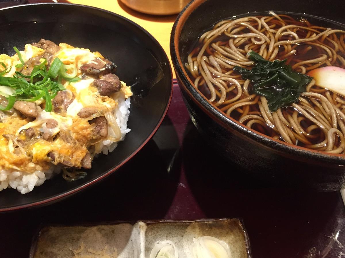 鴨料理ごまそば高田屋大手町店の炙り鴨丼とごまそばのセット