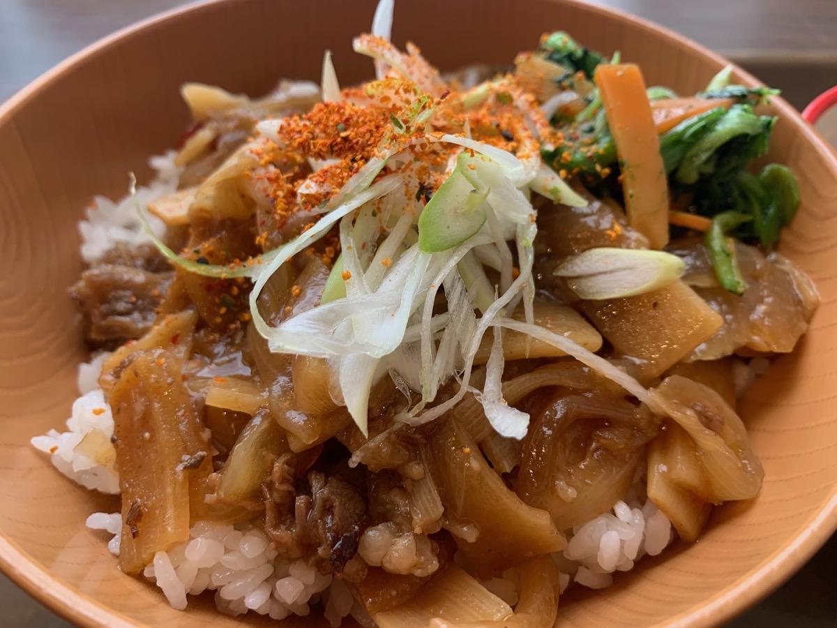 イーストキャラバン(キャラ丼)の牛肉のピリ辛炒め丼