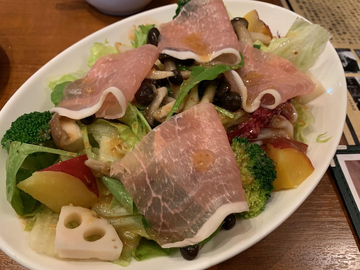 カウベルグリル船橋駅前店の季節の野菜と生ハムのサラダ