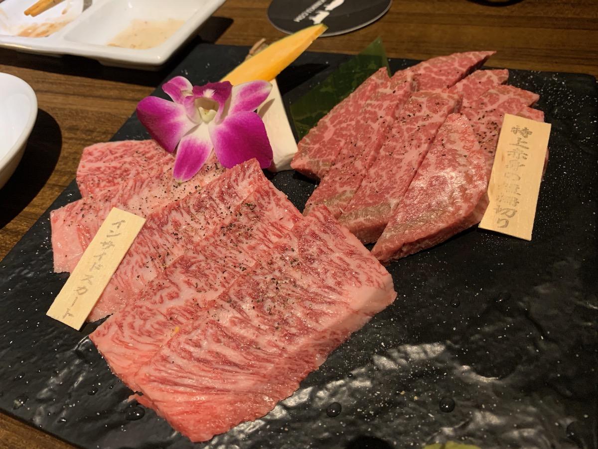 和牛焼肉ブラックホール歌舞伎町本店のインサイドスカートと特上赤身の短冊切り