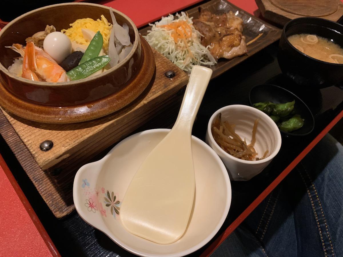 桜の藩東京オペラシティ店の釜飯と鶏もも黒胡椒焼き