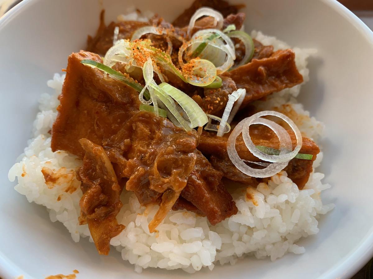 イーストキャラバン(キャラ丼)の豚肉と厚揚げの辛みそ丼